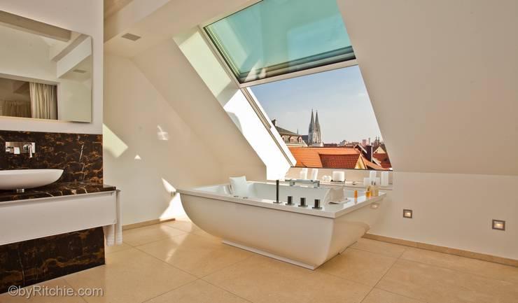 umbau und sanierung eines stadthauses in stadtamhof, regensburg:  Badezimmer von Architekturbüro Ferdinand Weber