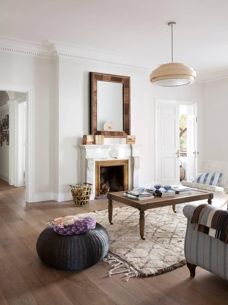 VIVIENDA TRAVESSERA: Salones de estilo colonial de Meritxell Ribé - The Room Studio