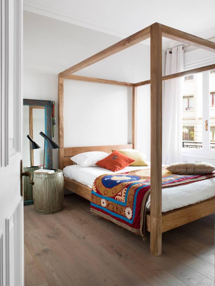 VIVIENDA TRAVESSERA: Dormitorios de estilo colonial de Meritxell Ribé - The Room Studio