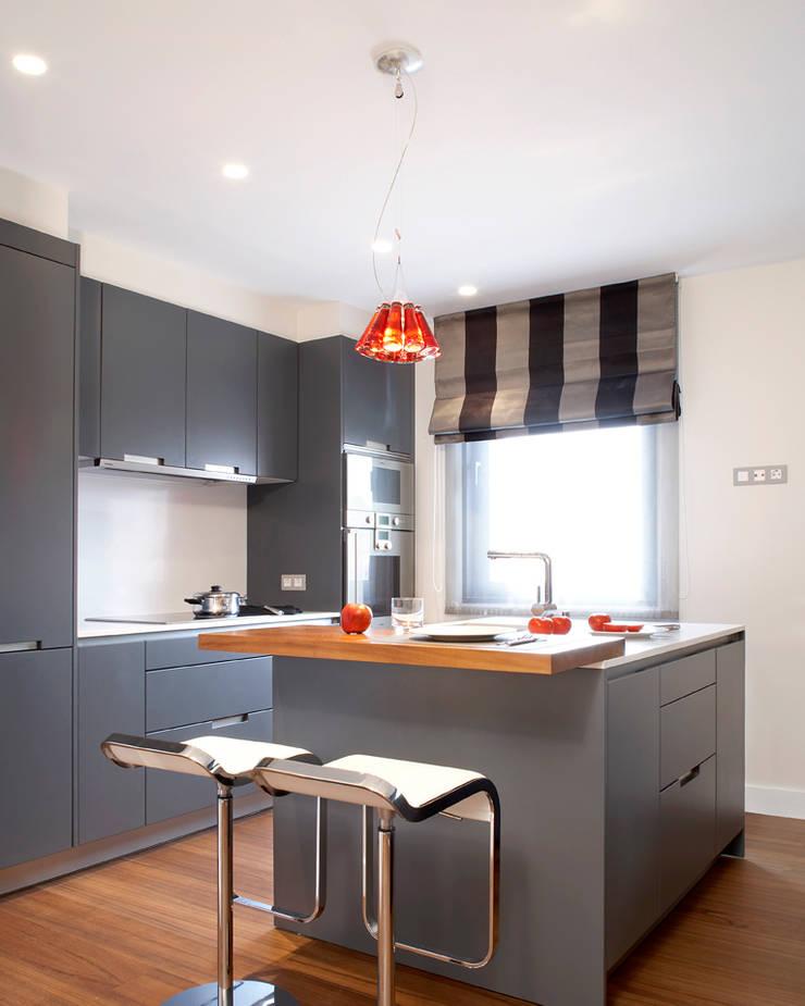 VIVIENDA ICARIA: Cocina de estilo  de The Room Studio