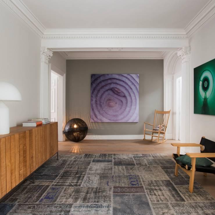 VIVIENDA TRAVESSERA: Pasillos y vestíbulos de estilo  de Meritxell Ribé - The Room Studio