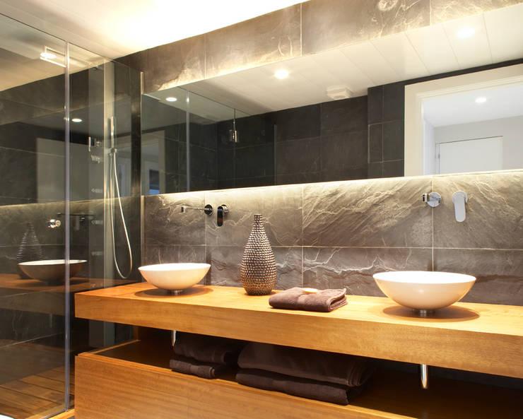 VIVIENDA ICARIA: Baños de estilo  de The Room Studio