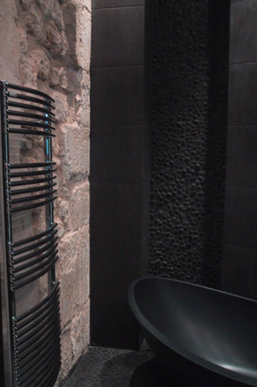 Pierre naturelle et carrelage noir en salle de bains: Salle de bain de style de style Moderne par Philippe Ponceblanc Architecte d'intérieur