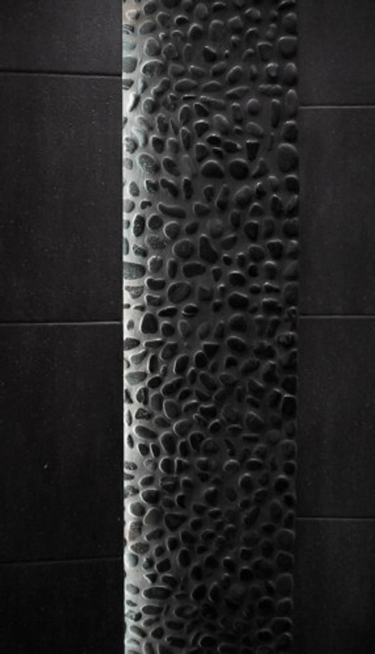 Jeu de lumière sur galet noir: Salle de bain de style de style Moderne par Philippe Ponceblanc Architecte d'intérieur