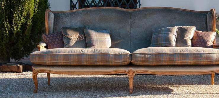 Maravilloso mobiliario en línea clásica: Salones de estilo  de MUMARQ ARQUITECTURA E INTERIORISMO