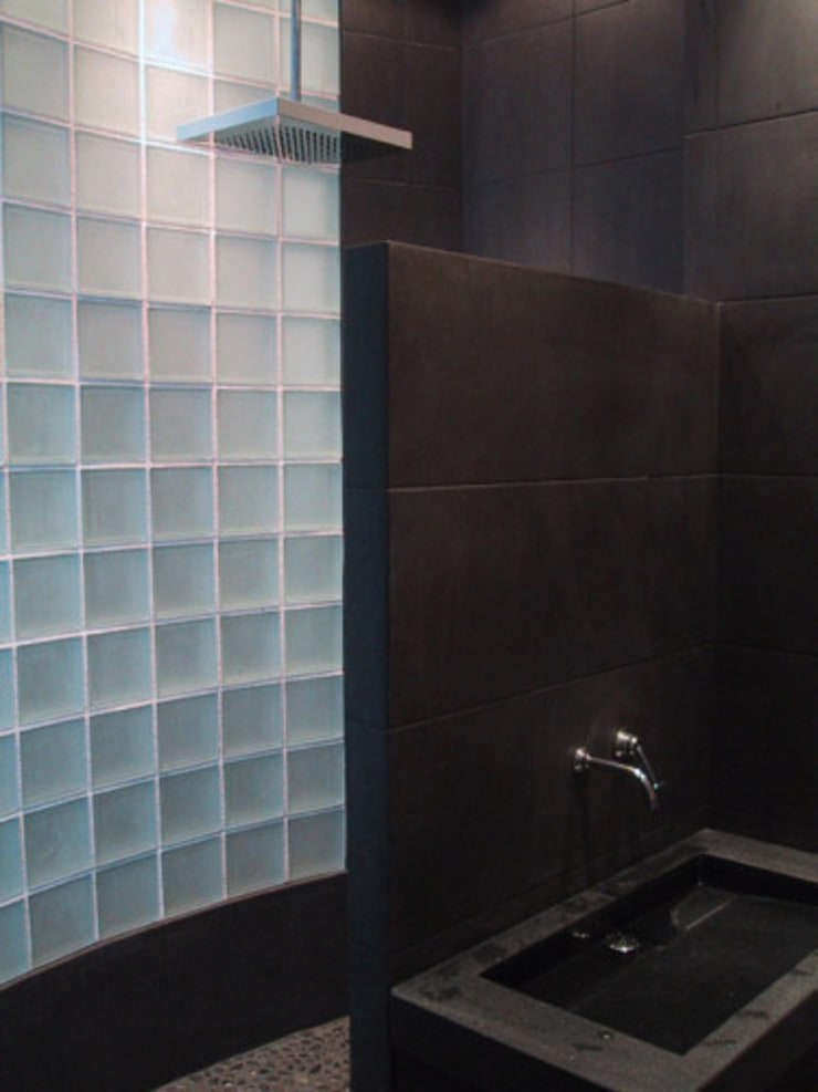 Douche en carreaux de verre et carrelage noir: Salle de bain de style de style Moderne par Philippe Ponceblanc Architecte d'intérieur