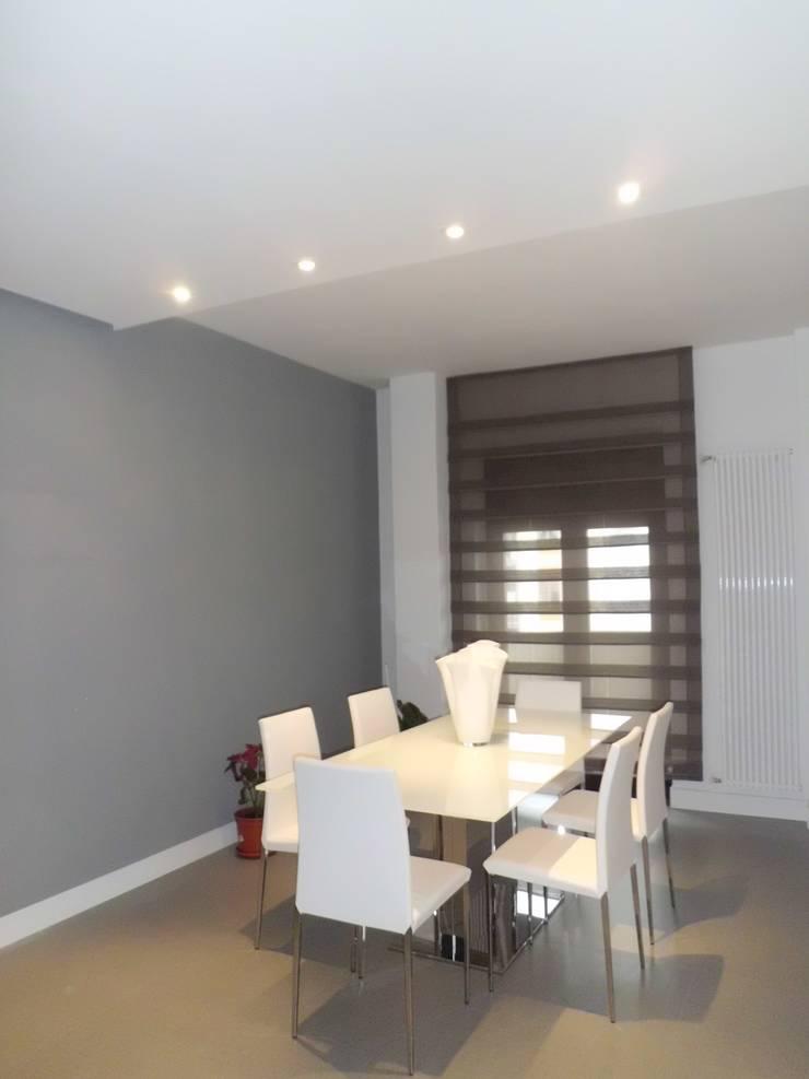 Appartamento_V: Sala da pranzo in stile  di LMarchitects