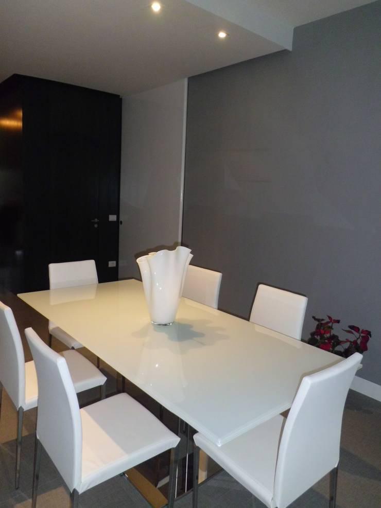 Appartamento_V: Soggiorno in stile  di LMarchitects