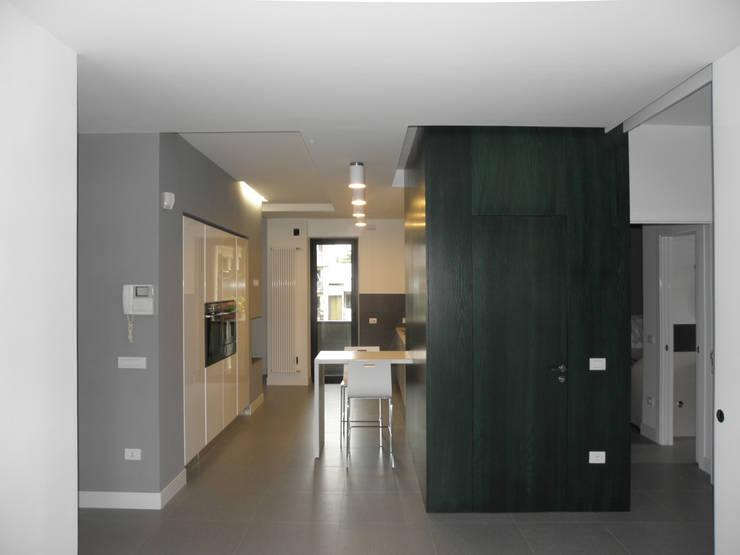 Appartamento_V: Ingresso, Corridoio & Scale in stile  di LMarchitects