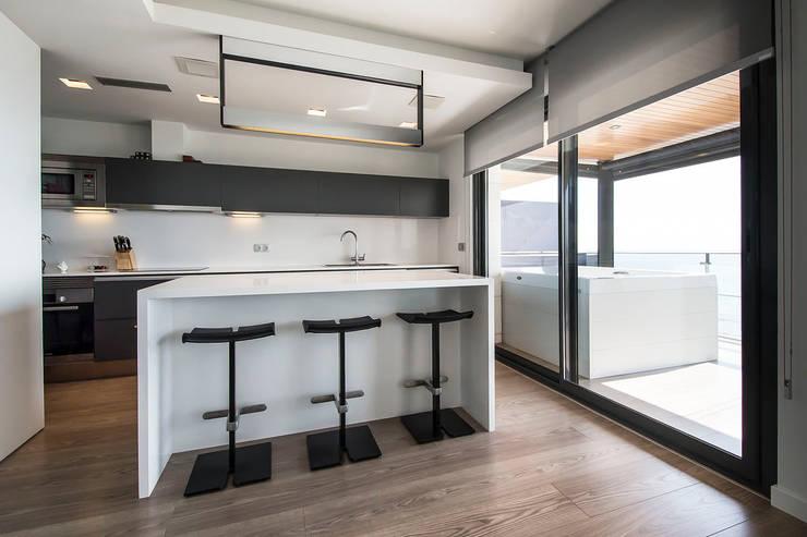 Black&white House: Cocinas de estilo  de Blank Interiors
