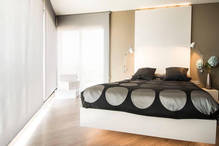Black&white House: Dormitorios de estilo  de Blank Interiors