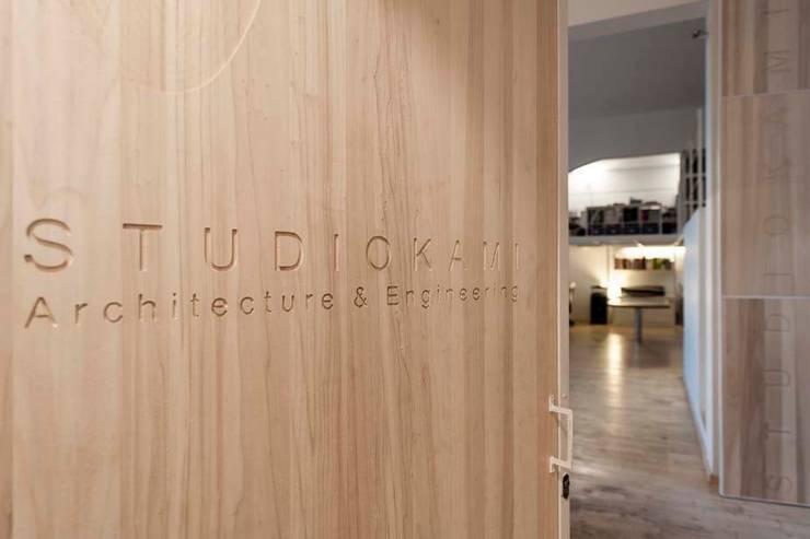 Studio Loft: Finestre & Porte in stile  di StudioKami Architecture & Engineering