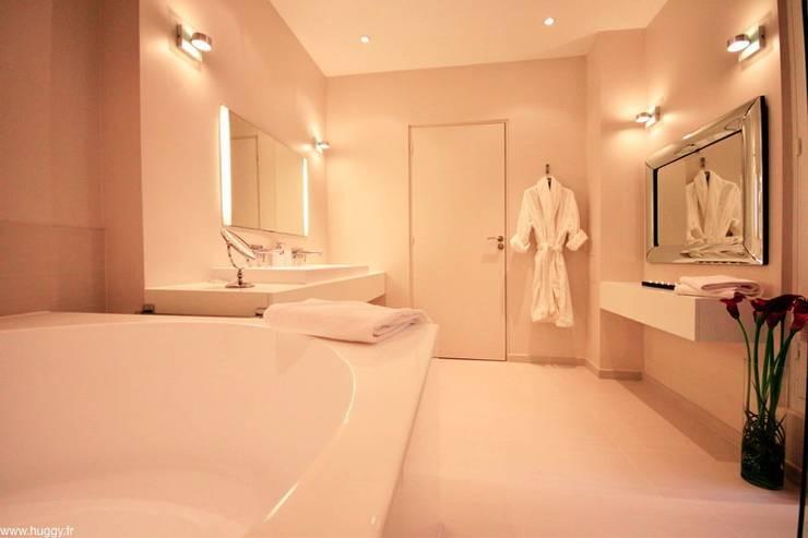 Apperçus de travaux de rénovation: Salle de bain de style de style Classique par HUGGY