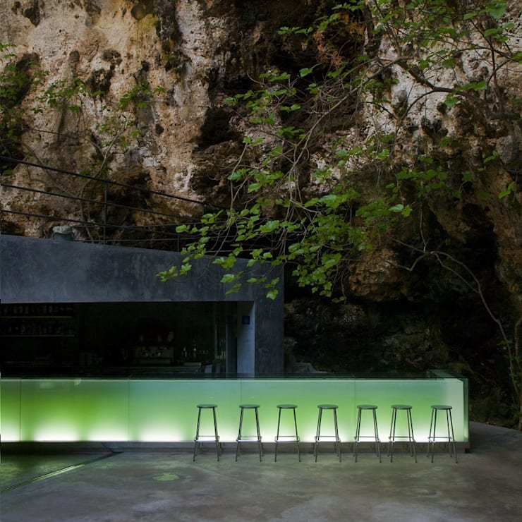 Bar en las cuevas de Porto Cristo. Mallorca.: Terrazas de estilo  de A2arquitectos
