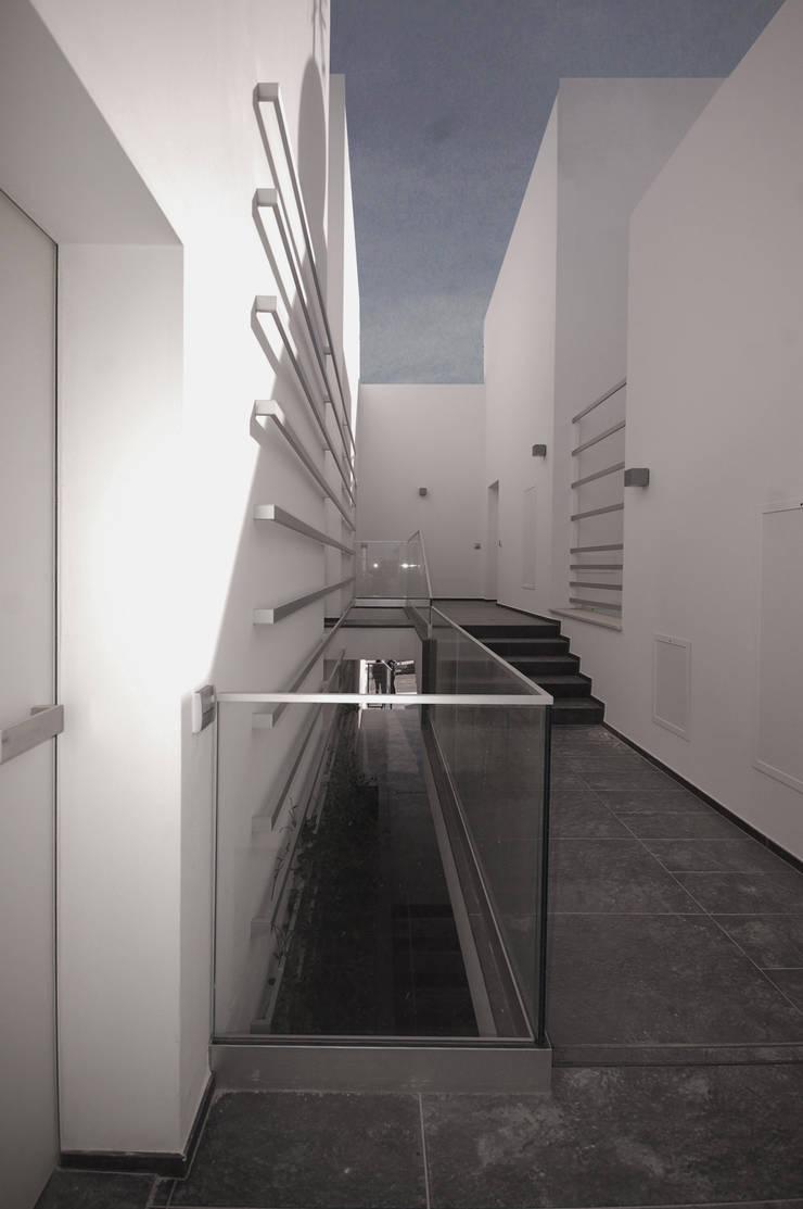 Complesso residenziale: Ingresso & Corridoio in stile  di Monica Alejandra Mellace