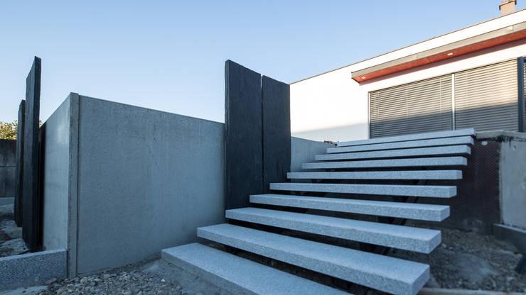 Escalier granite design: Couloir, entrée, escaliers de style de style Moderne par Art Bor Concept