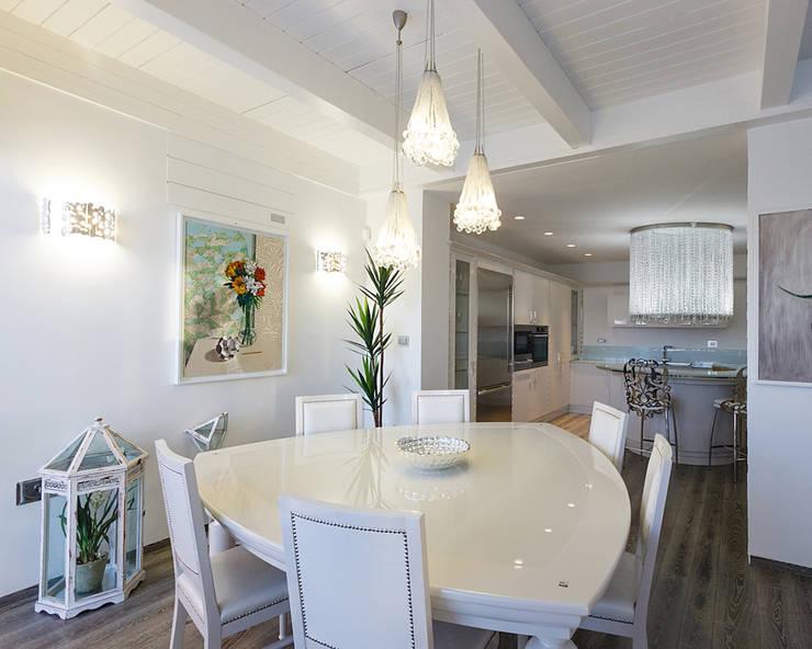 TWIN's House 1: Soggiorno in stile  di ARCHILAB architettura e design