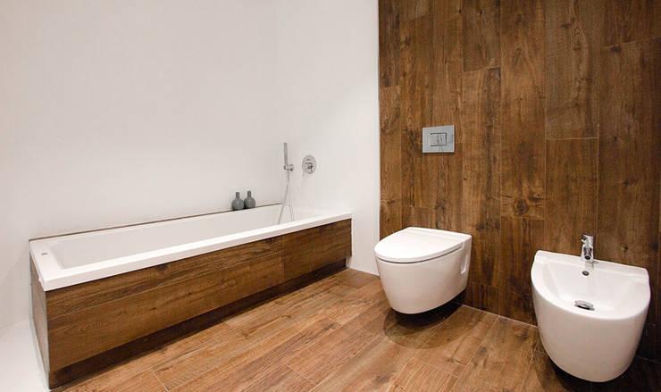 Baño con revestimiento de porcelánico efecto madera - Diseño Chiralt Arquitectos -Casa Gerard : Baños de estilo  de Chiralt Arquitectos