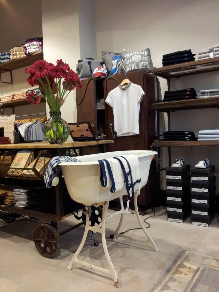 Tienda de moda multimarca Simón Store, CC. Serrallo Plaza, Granada: Espacios comerciales de estilo  de AG INTERIORISMO