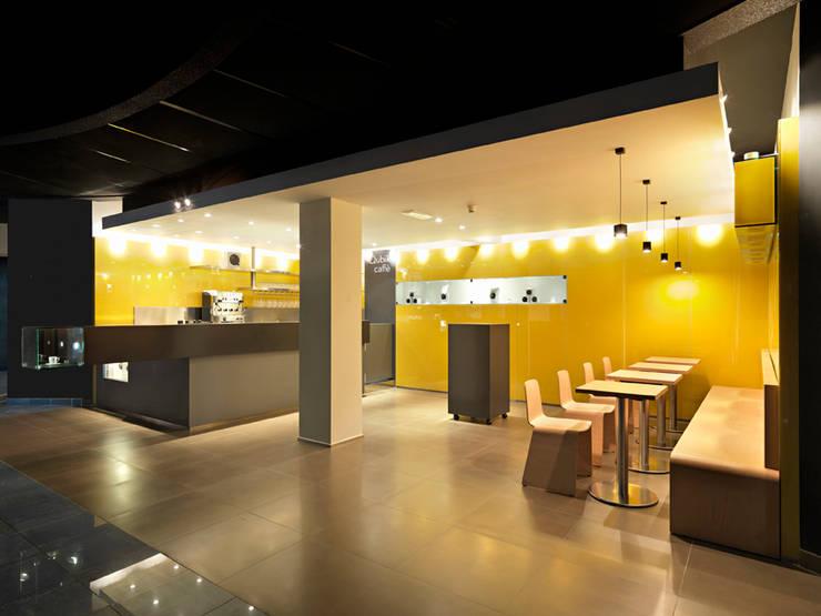 bar Qubik: Negozi & Locali Commerciali in stile  di waltritsch a+u