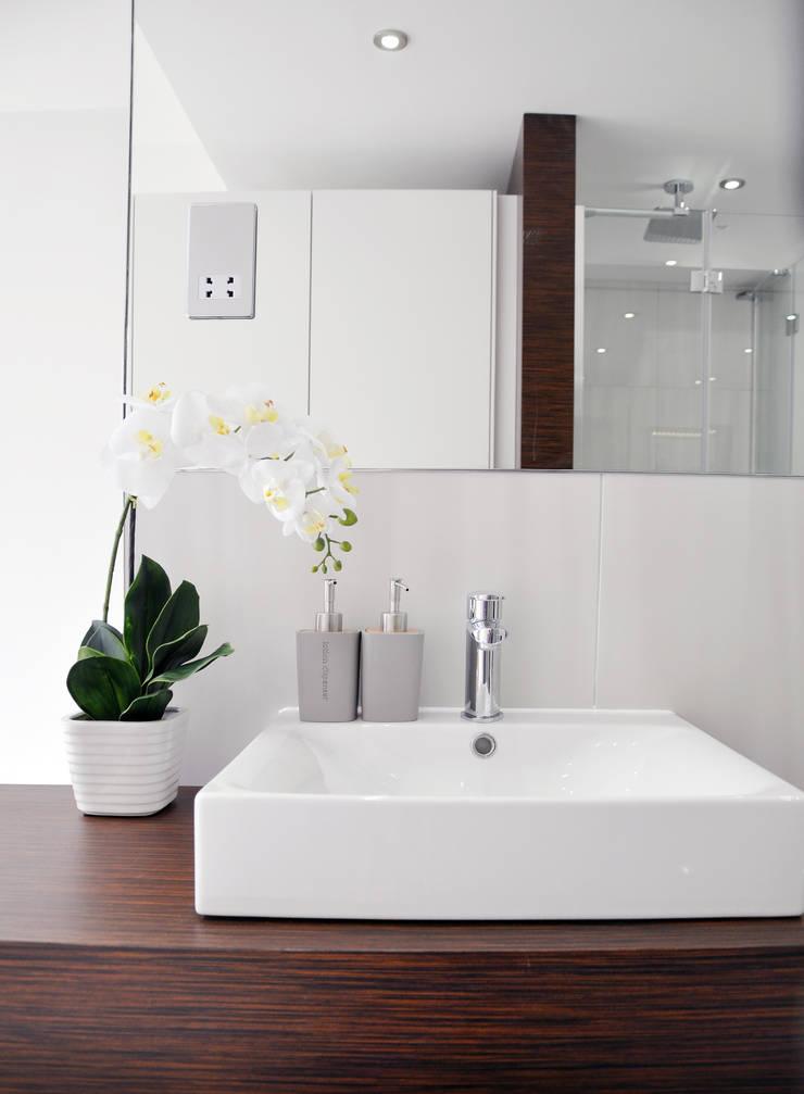 Modern Open Plan En Suite :  Bathroom by Studio TO