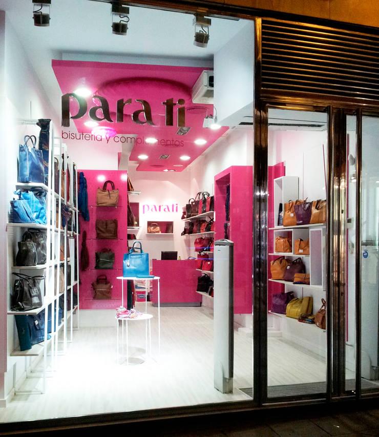 Fachada: Oficinas y Tiendas de estilo  de AG INTERIORISMO