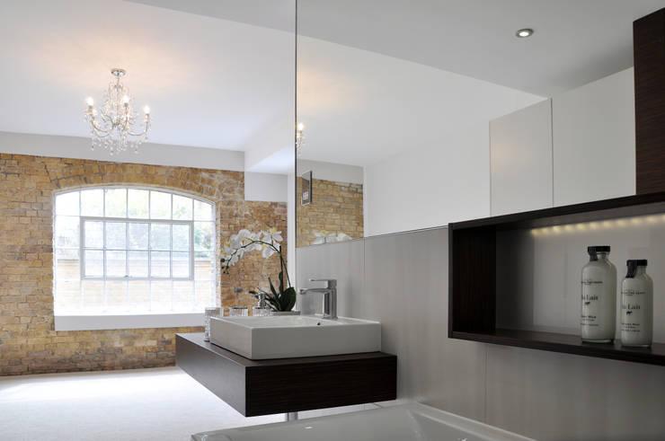 Modern Open Plan En Suite: modern Bathroom by Studio TO