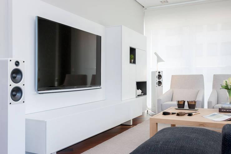 Salas / recibidores de estilo minimalista por URBANA 15