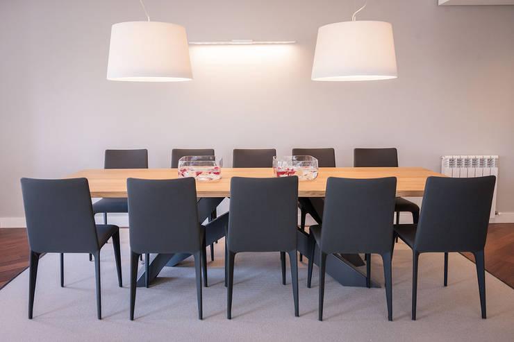Sala da pranzo in stile  di URBANA 15