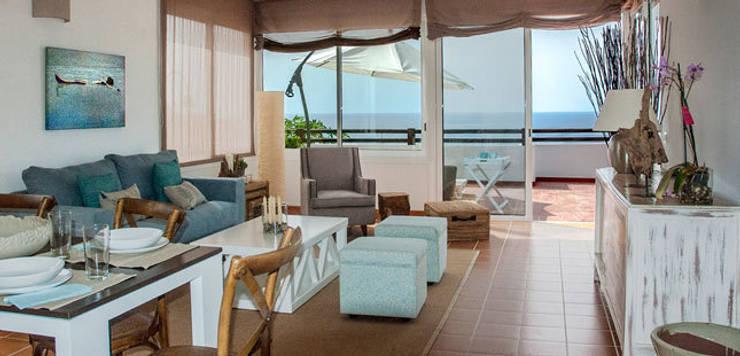 Decoración de villa vacacional: Salones de estilo mediterráneo de Tatiana Doria,   Diseño de interiores