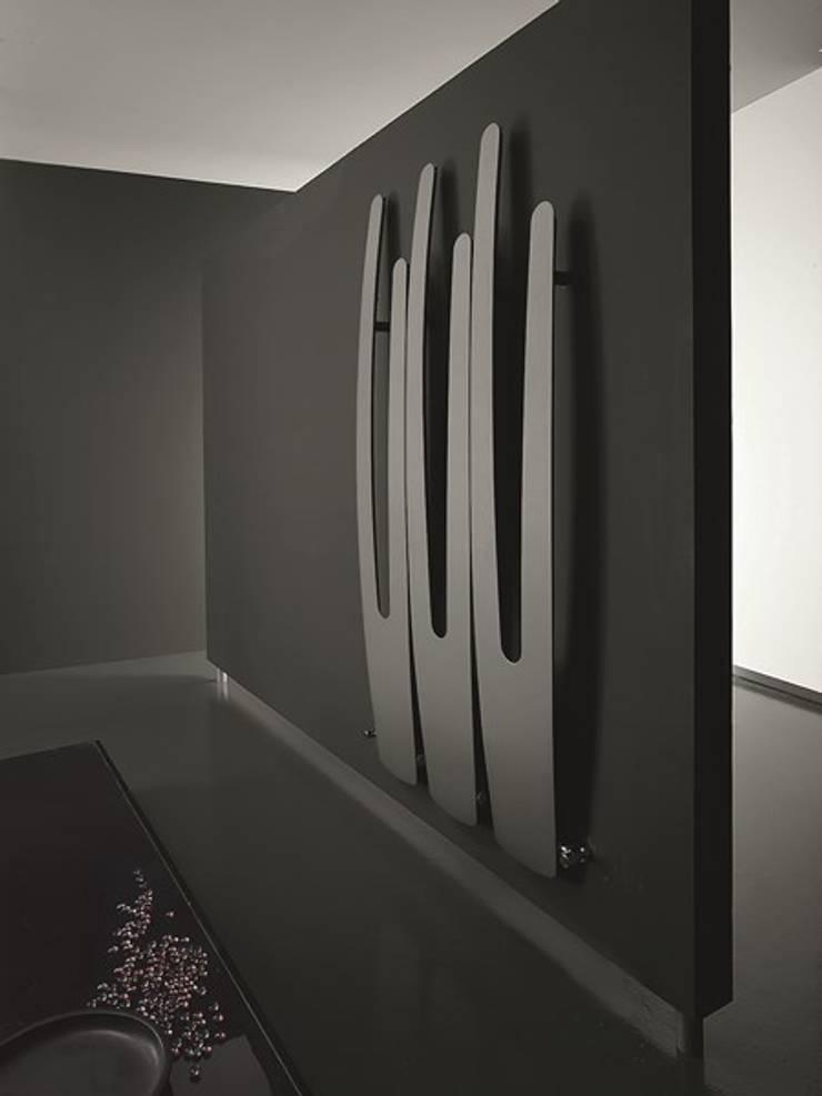 VD 5504: Couloir, entrée, escaliers de style  par Varela  Design