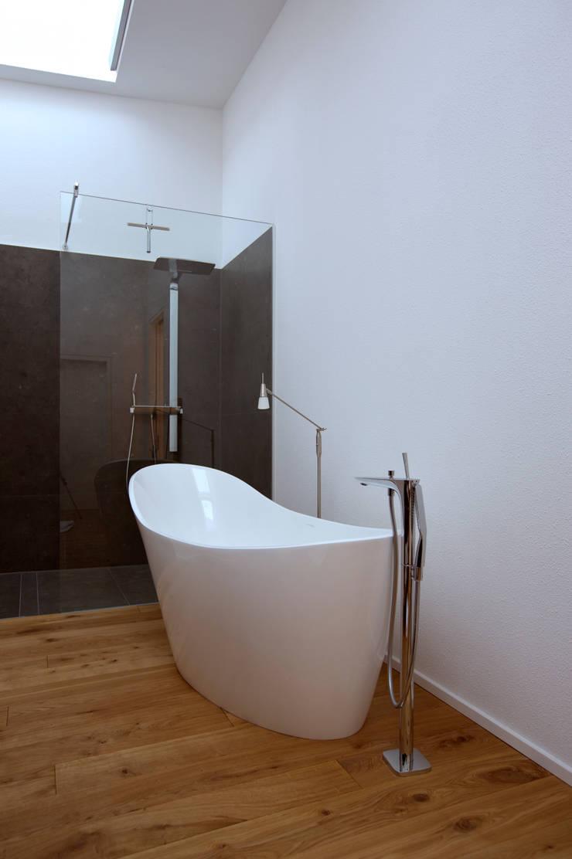 Baños de estilo  por vollmilch. Das Architekturbüro., Minimalista