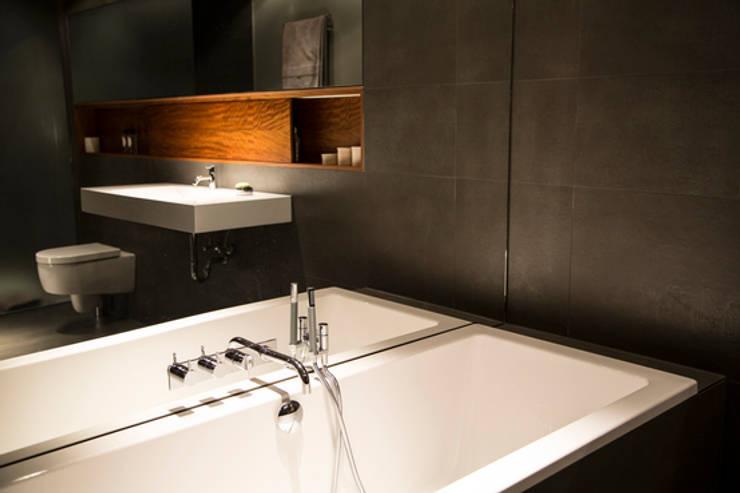 Living the life – Apartment im Herzen Berlins:  Badezimmer von Conni Kotte Interior,Modern