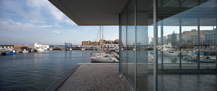 Edificio de Oficinas y Servicios en el Puerto de Roquetas de Mar, Almería: Oficinas y Tiendas de estilo  de Donaire Arquitectos