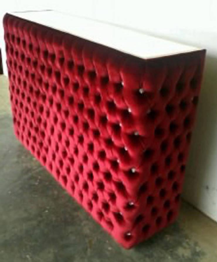 meuble de bar en velours rouge capitonné: Salle à manger de style  par déco privé