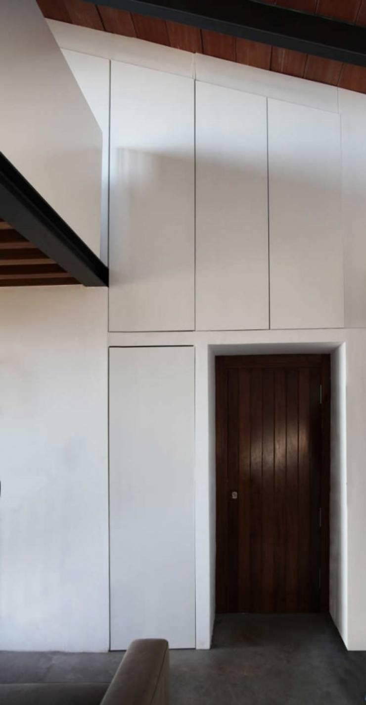 Refugio de montaña: Pasillos y vestíbulos de estilo  de Borja Garcia Studio