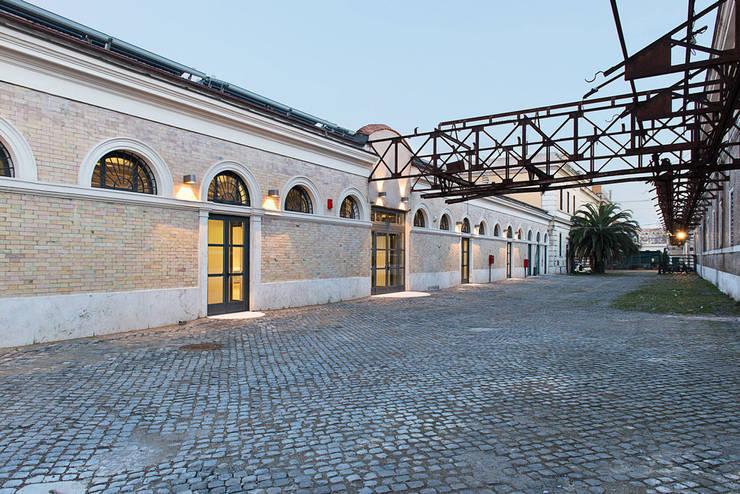 Esterno Padiglione 2B: Spazi commerciali in stile  di Insula architettura e ingegneria srl