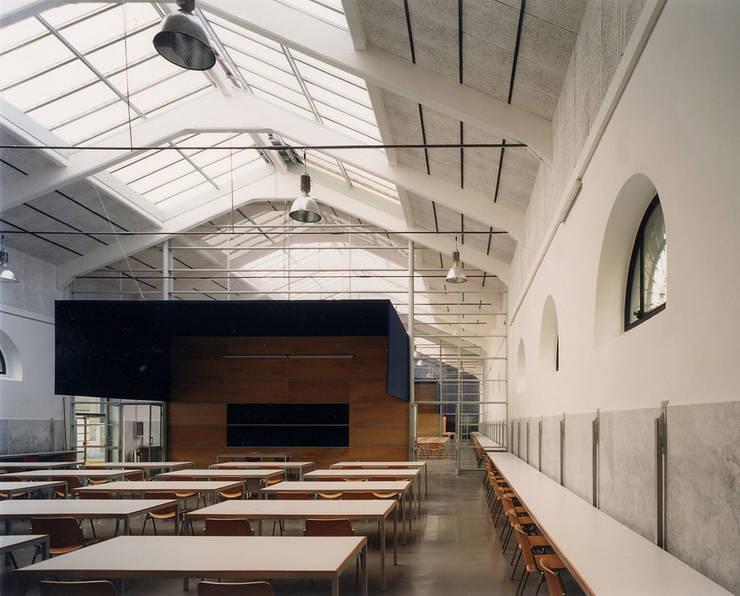 Interno Padiglione 7: Spazi commerciali in stile  di Insula architettura e ingegneria srl