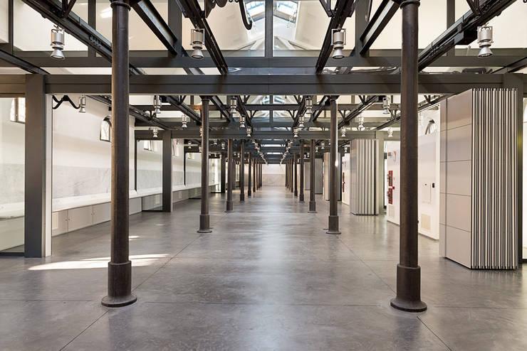 Interno Padiglione 2B: Spazi commerciali in stile  di Insula architettura e ingegneria srl