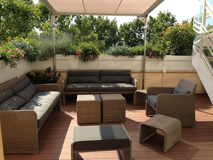 Golf in terrazza: Balcone, Veranda & Terrazzo in stile  di sabigarden