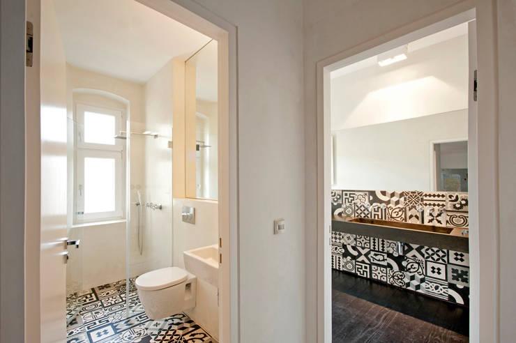 Privatwohnung Berlin Kreuzkölln:  Badezimmer von  büro für interior design