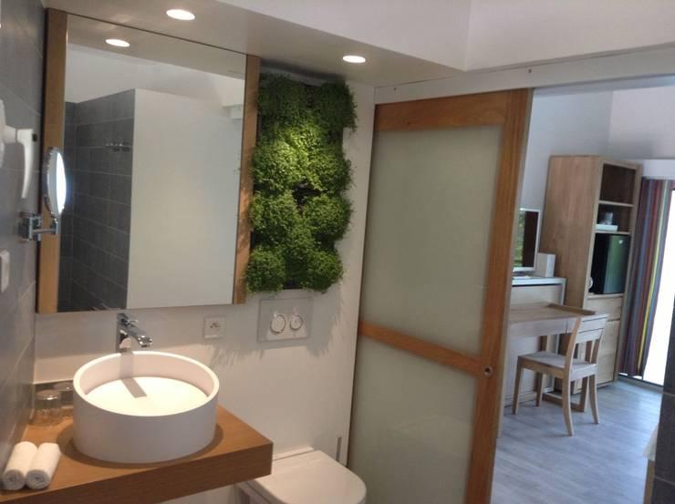 RING LED: Salle de bain de style de style Moderne par VASKEO