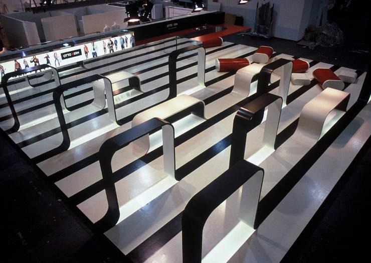 Centros de exposições  por  büro für interior design