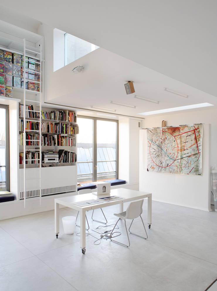 4 amici | 4 lofts: Soggiorno in stile  di roberto murgia architetto