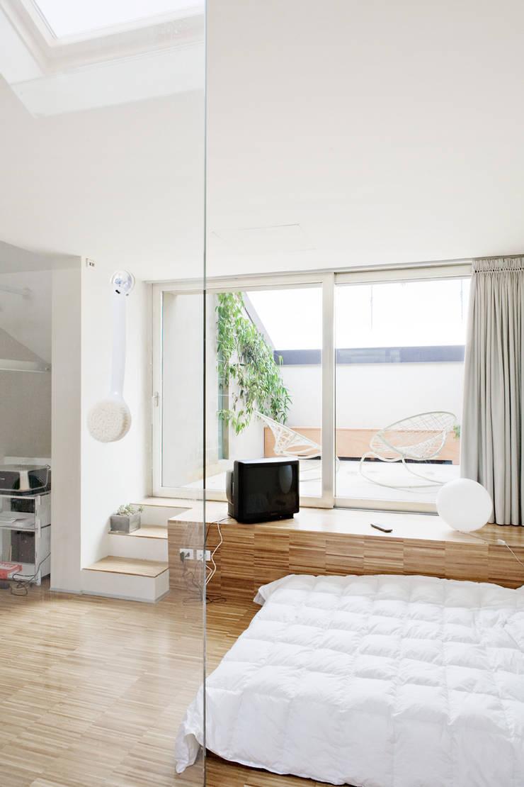 4 amici | 4 lofts: Camera da letto in stile  di roberto murgia architetto