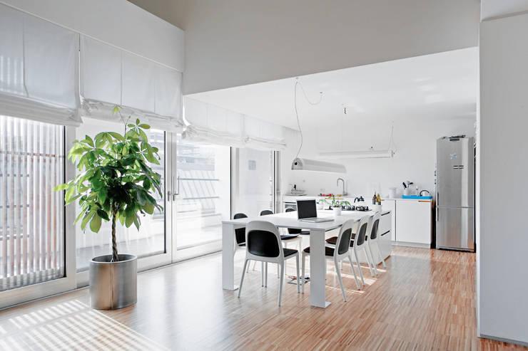 4 amici | 4 lofts: Sala da pranzo in stile  di roberto murgia architetto
