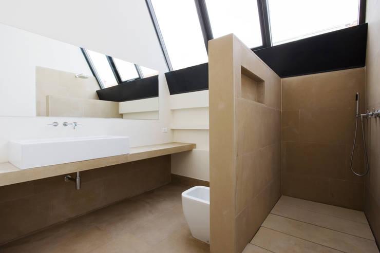 loft n° 5: Bagno in stile  di roberto murgia architetto