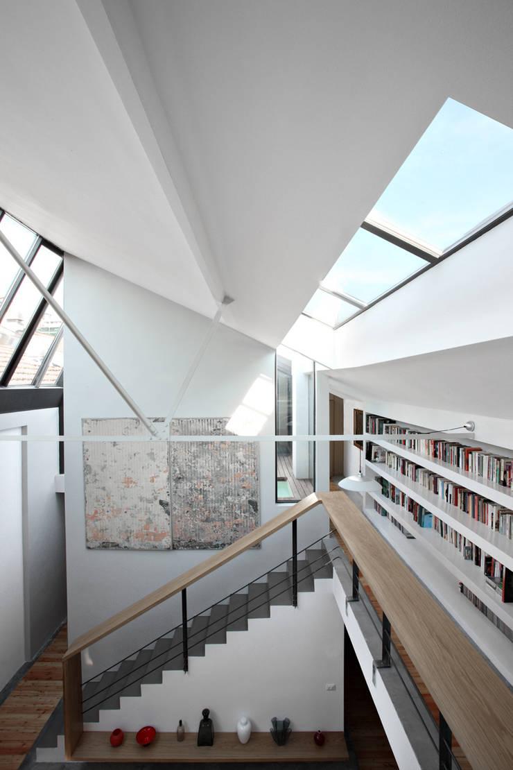 loft n° 5: Ingresso & Corridoio in stile  di roberto murgia architetto