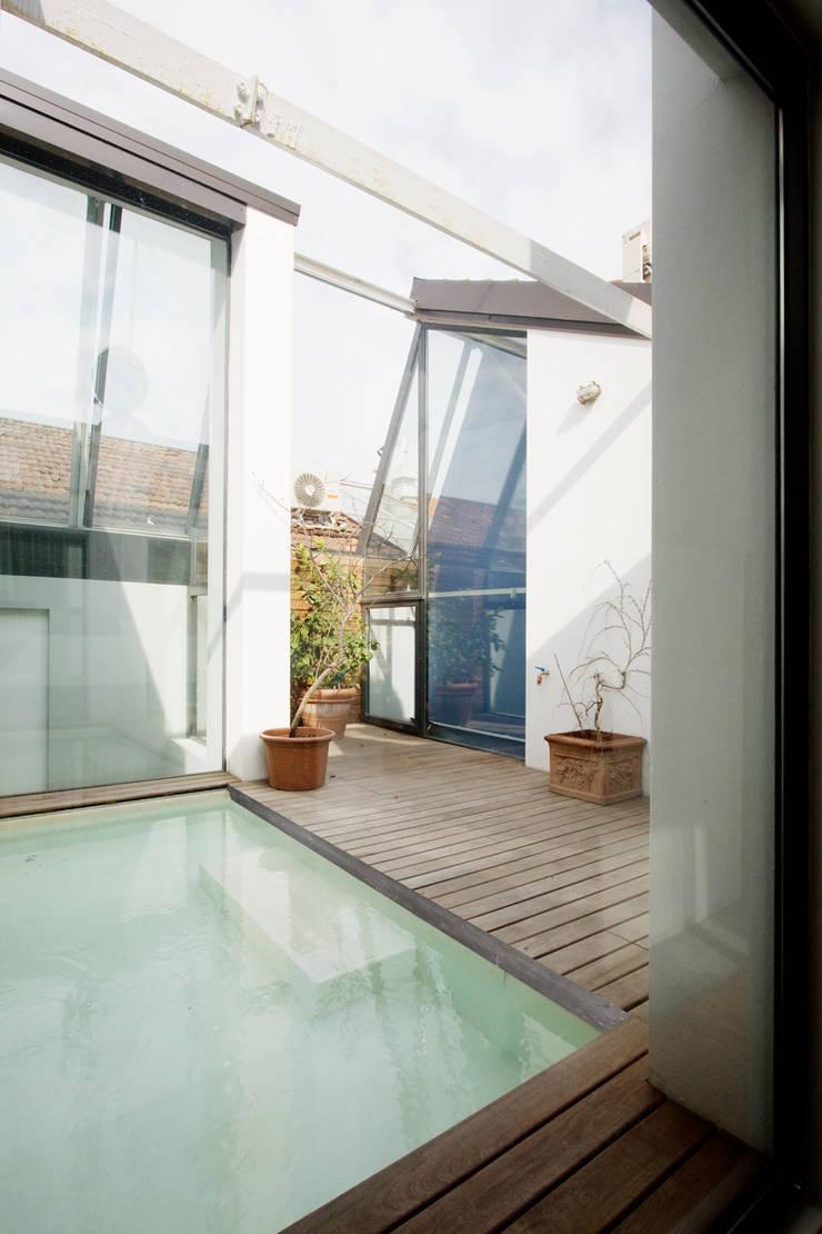 loft n° 5: Terrazza in stile  di roberto murgia architetto