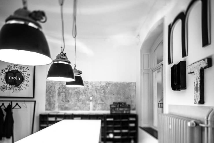 Oficinas y Comercios de estilo  por func. functional furniture